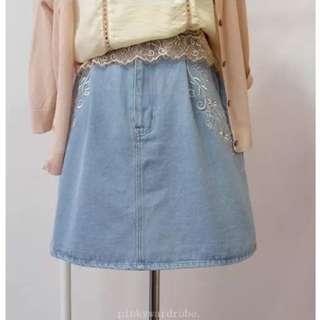 專櫃小雛菊刺繡兩側 牛仔水洗墨白 半身裙 刺繡短裙
