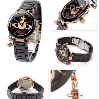 🚚 採用瑞士機芯,礦石鏡面搭配玫瑰金不銹鋼外圈陶瓷外加立體土星墜飾,黑色陶瓷錶帶,防水50m #我有手錶要賣