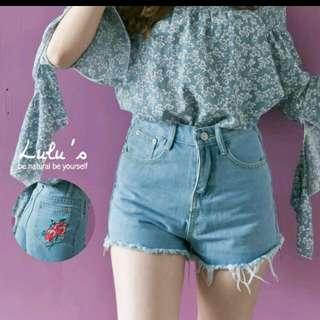 (含運)Lulus 後口袋繡花牛仔短褲 淺藍M