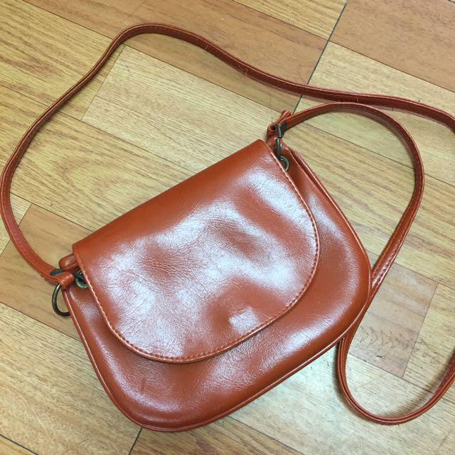 棕色小側背包
