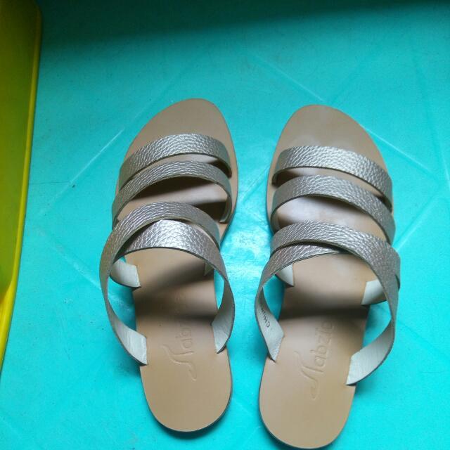 tabztoe sandals size 35 goldtone