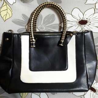 🚚 黑白氣質色調金屬手提包