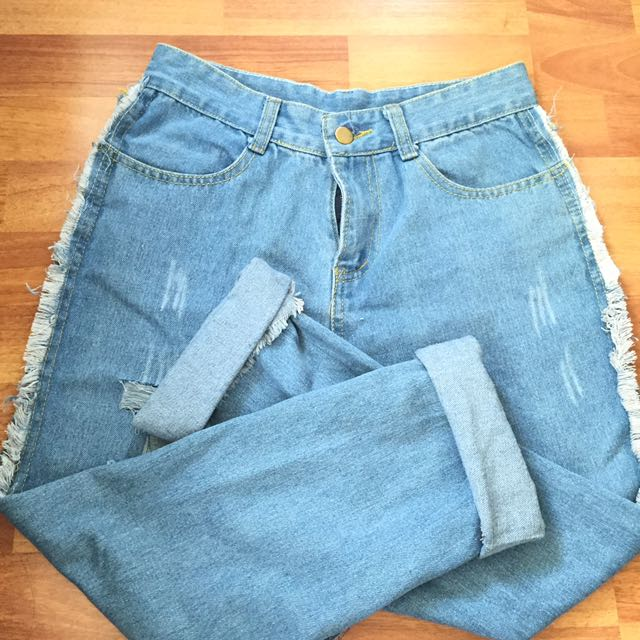MOM JEANS SIZE 28