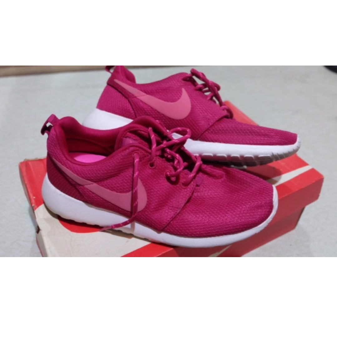 Nike Womens Roshe Run Size 7