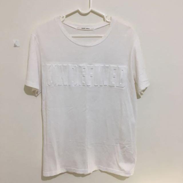 正韓製🎈購於room4 浮雕字母素T 白色 T-shirt T恤  (花泥小姐/92pleats/room4/nude/soulsis