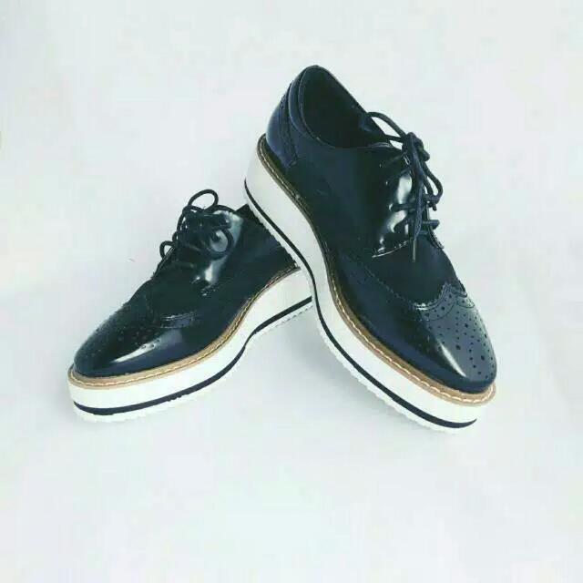 Sepatu glossy tali