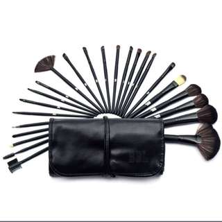 30pc Set Makeup Brushes !!