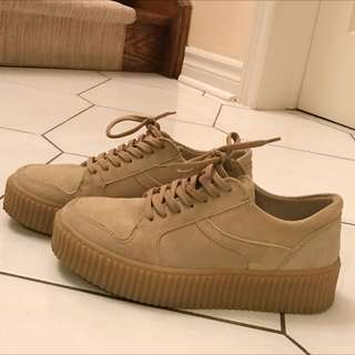 Light beige creepers