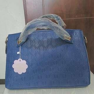 手提包。有斜背帶。