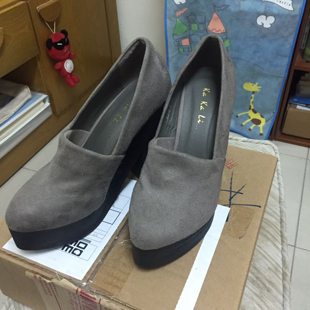 灰色 跟鞋