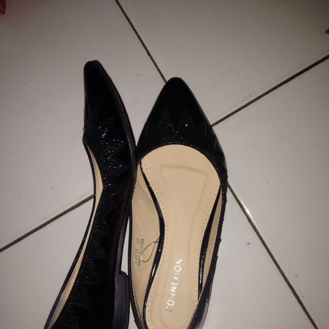 black flatshoes connecxion
