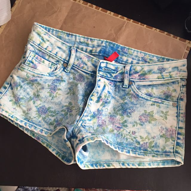 H&M DIVIDED floral jean shorts