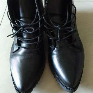黑色短靴  多穿搭 尺寸 37~38可穿 運費 60元,超取或郵寄
