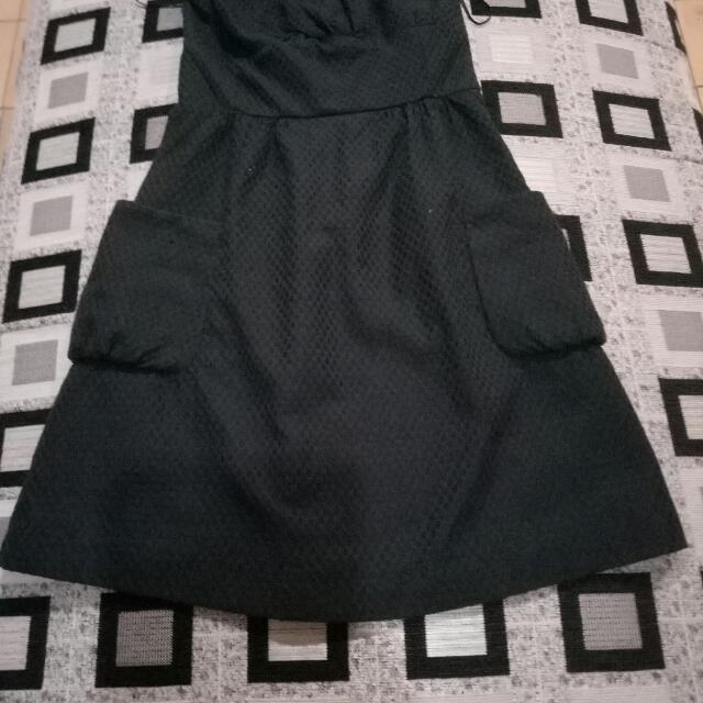 Gaun hitam size S, bahan tebal, merk guest Ory, harga 500.000 discount 50% + free ongkir.
