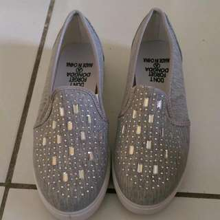 🚚 灰色休閒鞋