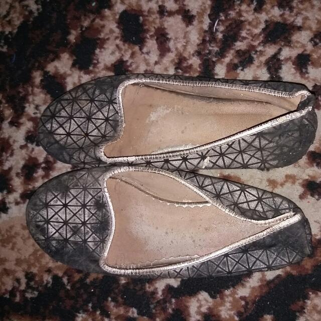 Sepatu Black N Gold