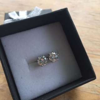 (reduced!!) Sterling Silver Stud With Man Made Diamond (2ct Each Side)