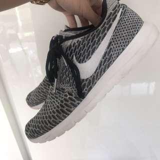 Nike MENS Roshe 8.5sz