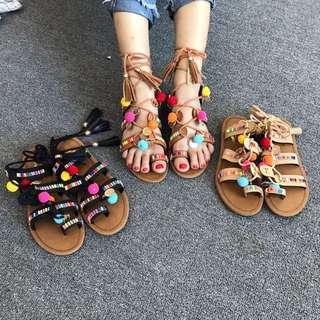 《早·衣服》五月女人節💃🏻彩虹在腳上!波希米亞民族風幾何撞色流蘇綁帶小球裝飾羅馬涼鞋(預)