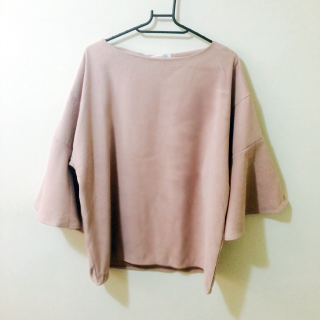 麂皮喇叭袖粉色上衣