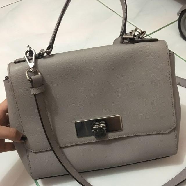 DISCOUNT!!! Michael Kors callie sling bag in grey