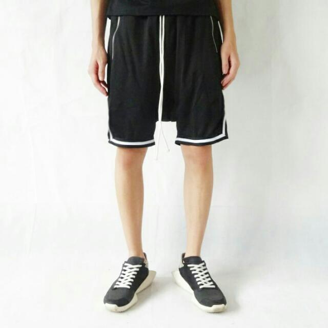 白色鑲邊運動短褲