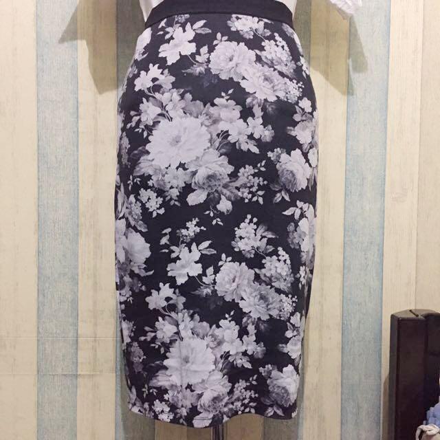 Stradivarious BW Flowery Midi Span Skirt