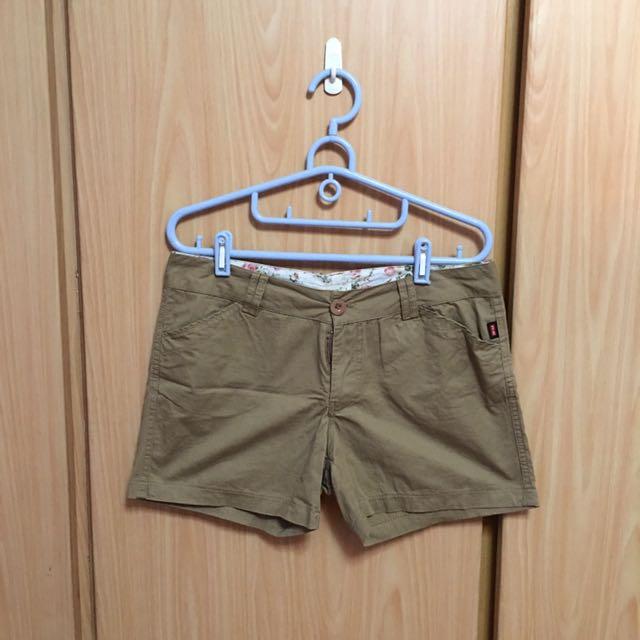 • 休閒短褲 •