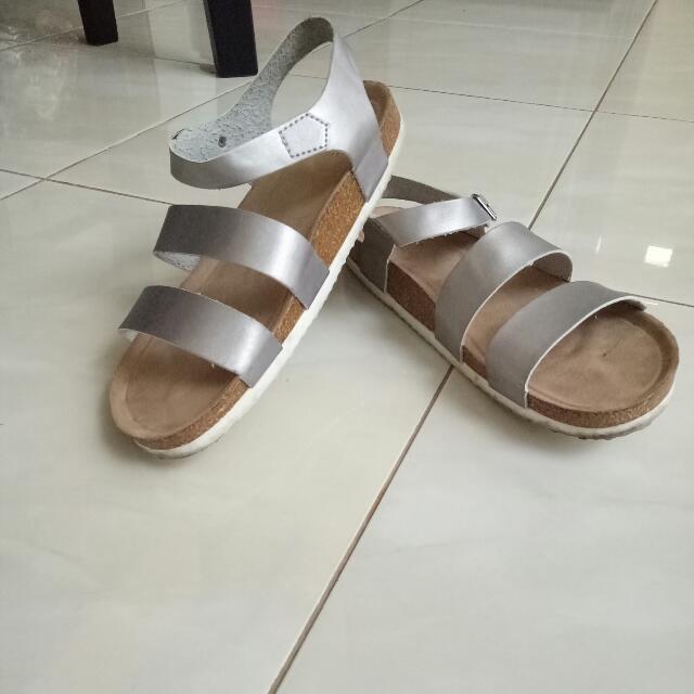 TURUN HARGA: Sepatu sendal santai merk VnC