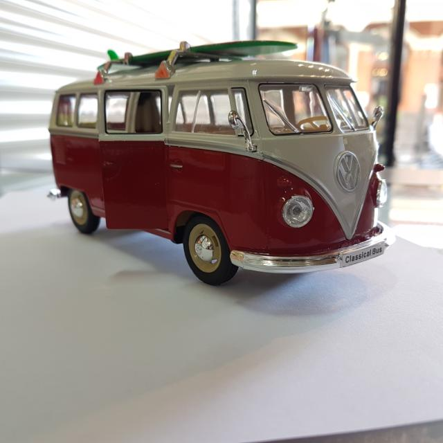 1:24 Volkswagen 1962 Classical Bus With Surf Board