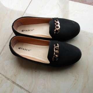 Sepatu Hitam Rantai