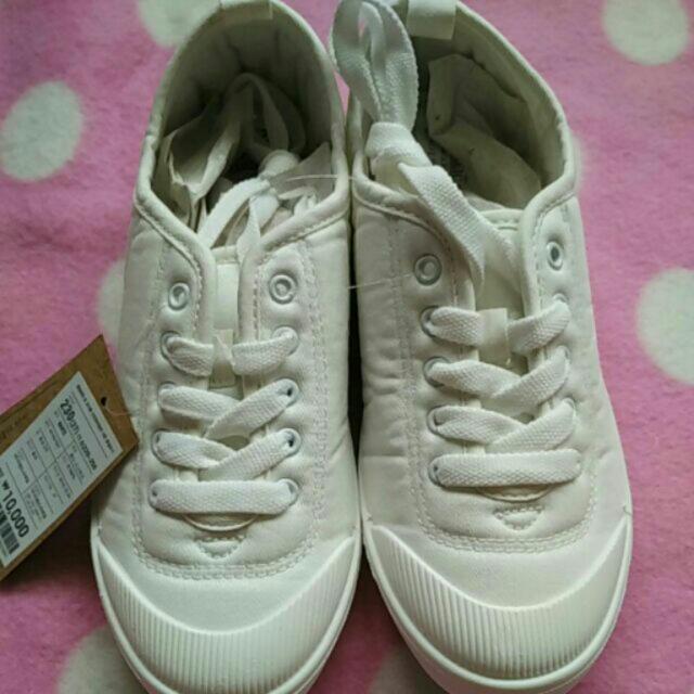 白色帆布休閒鞋