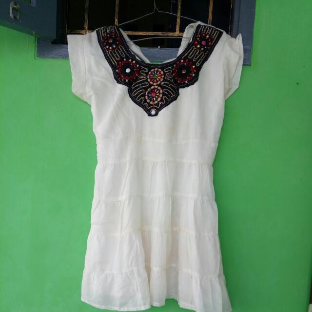 Baju kaya dress gitu warna putih susu payetan nya asli, masih belum ada yg jatuh atau kebuka dari jaitan baru sekali pake, dijual karna udah lama ga di pake