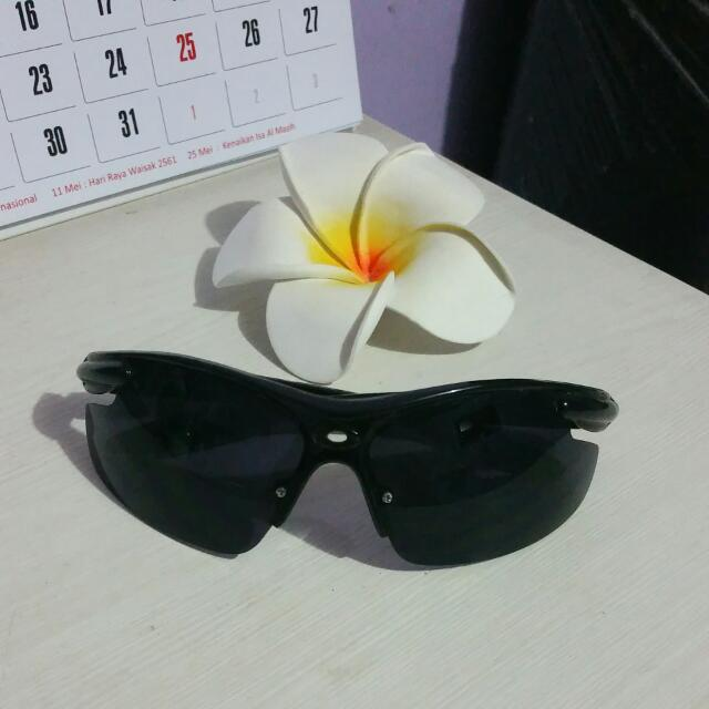 Kacamata Hitam Keren Cuy