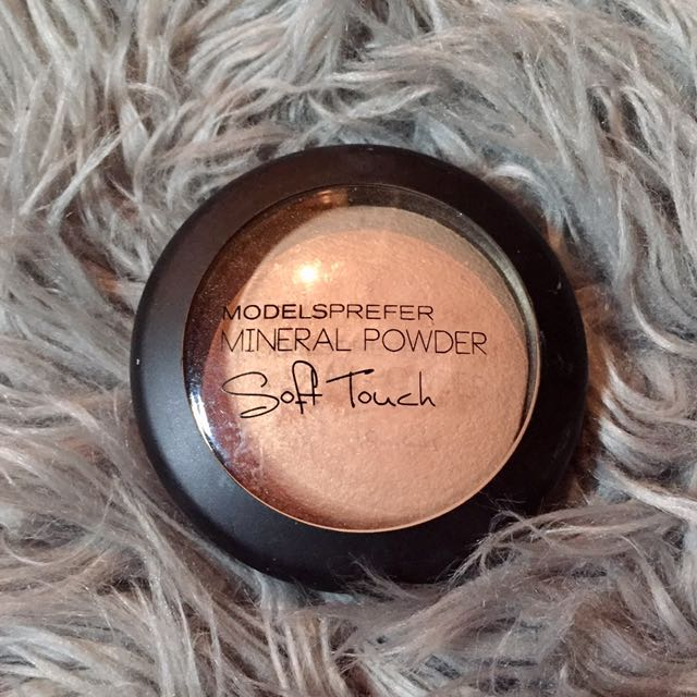 Models Prefer Soft Touch Mineral Powder