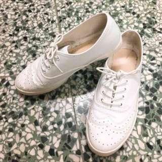 🚚 白色雕花皮鞋
