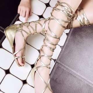 高筒交叉綁帶涼鞋,平底金色羅馬鞋