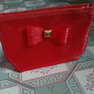 1 Red Pouch Gratis