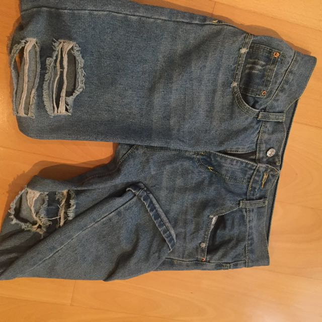 Distressed Ankle Length Jeans With Contrast Stitching