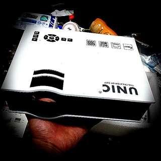 超高畫質迷你投影機原價要伍仟多功能正常買來用不到幾次Ultra-high quality mini projector,Can be connected to a mobile phone