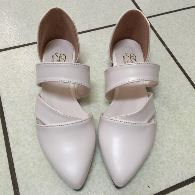 全新 白色尖頭鏤空鞋 35、22.5