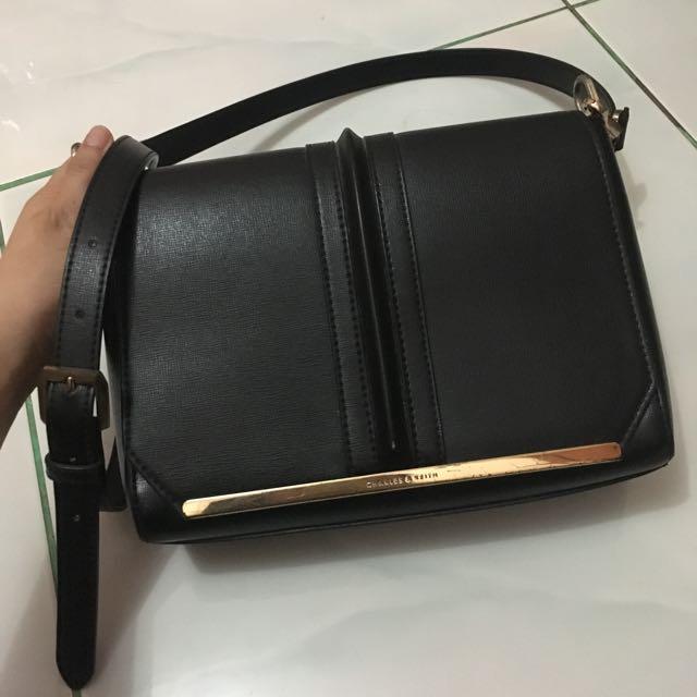 #jatuhharga charles & keith sling bag in black ( list gold )