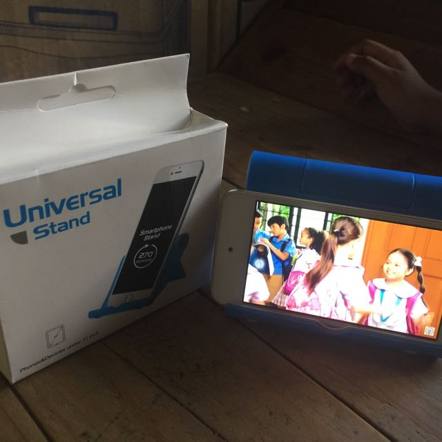 universal stand holds phones and devices