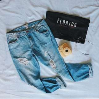 DISTRESSED JEANS/STATEMENT TEE