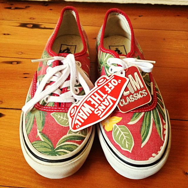 *REDUCED* BNWT Limited Edition Red Hawaiian Slim Classic Vans