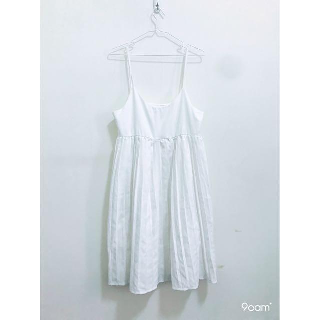 白色百褶洋裝