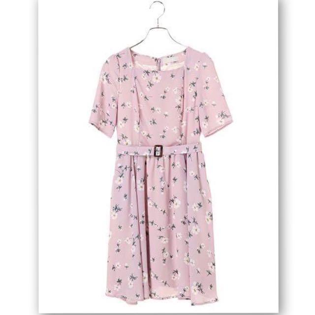 DAZZLIN清新甜美花朵ㄩ字領雪紡洋裝+扣環綁帶