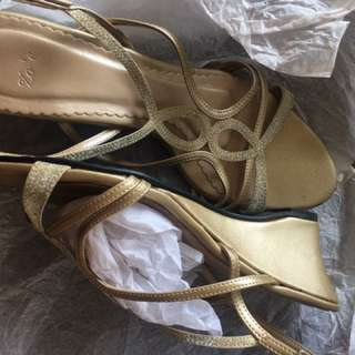 PRELOVED Zo'e Wedges Gold color