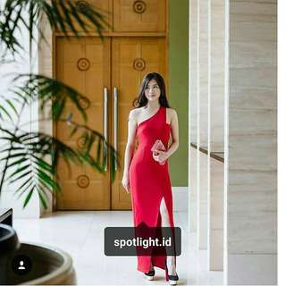 dress elegant merah slit one shoulder