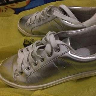 Steve Madden/silver Sneaker/size 6